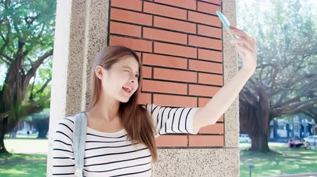 biblioteca : asian beauty student talk selfie by smart phone on the campus