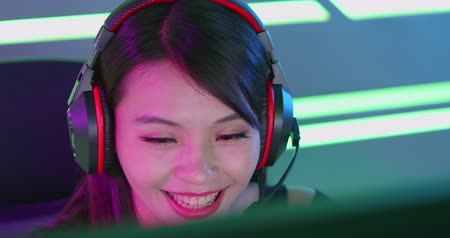 mulheres : Young Asian Pretty Pro Gamer having live stream and playing in Online Video Game