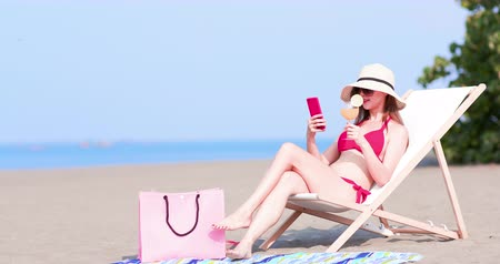 стулья : bikini woman take selfie with juice on the beach Стоковые видеозаписи