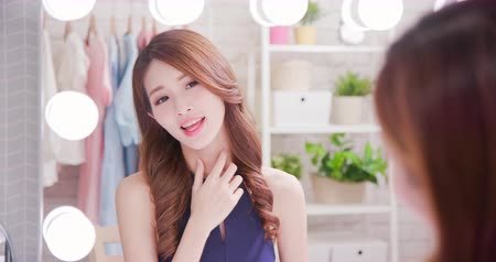 boyun : beauty asian woman makeup and look neck in the mirror Stok Video