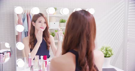bavlna : Close up of smile asian beauty woman moisturizing by cleansing cotton and look mirror