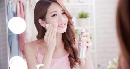 hydratační : Close up of smile asian beauty woman moisturizing by cleansing cotton and look mirror