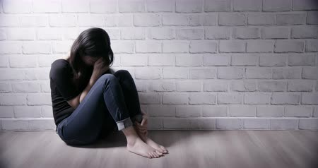жертва : Asian girl feel depressed and cry in the corner