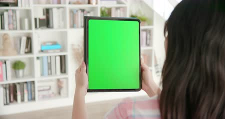 boekenkast : asian woman use tablet with green sceen at home