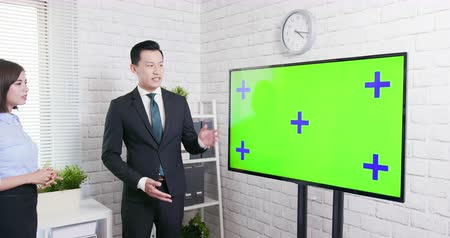 brifing : Green screen tv with businesspeople in office Stok Video