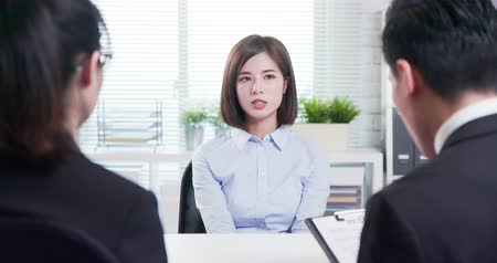 rozhovor : Young asian woman give resume to interviewer for a job interview Dostupné videozáznamy