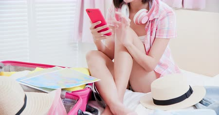 harita : Asian beauty plan trip detail by smartphone when packing the luggage Stok Video