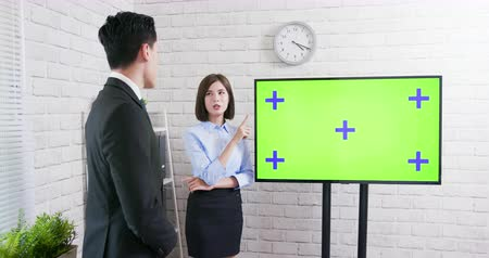 коллега : Green screen tv with businesspeople in office Стоковые видеозаписи