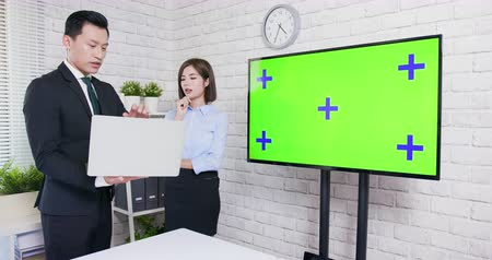 biznesmeni : Green screen tv and businesspeople handshake in office Wideo