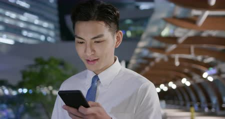 izgatott : businessman use the phone while walking and feel excited