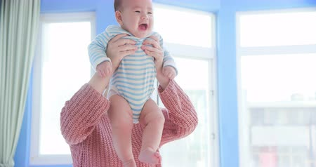 家庭 : asian mother play with her baby happily at home 影像素材