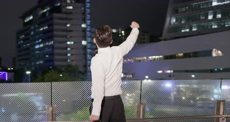 руки : Asian businessman feel excited and raise his hand