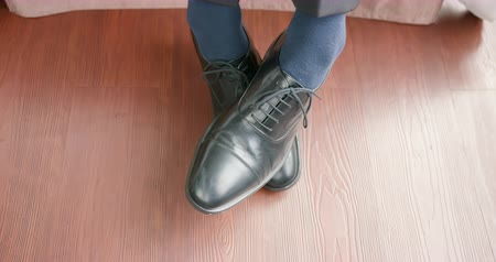 itch : business man feel the feet itchy when wearing shoes on Stock Footage