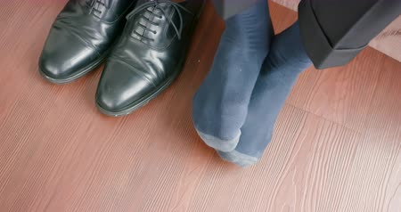 mal cheiroso : business man feel the feet itchy with athlete foot problem when take off shoes Stock Footage
