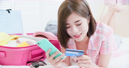 foglalás : Asian beauty use credit card to pay for trip by smartphone Stock mozgókép