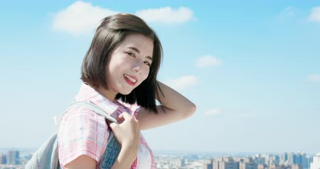dişlek gülümseme : slow motion of asian student travel and smile to you with sky background