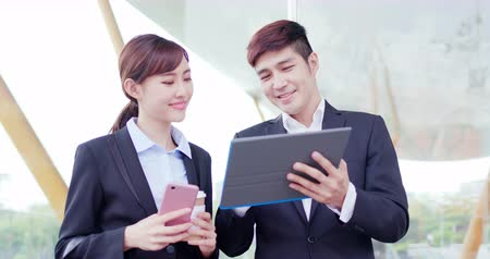 telefone celular : Businesspeople discusss about project together with smile