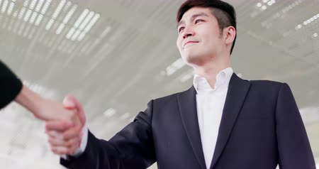 partnerstwo : Businessman handshake with confident smile after a meeting Wideo