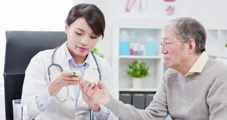 glicose : Female doctor do blood sugar test for elder patient
