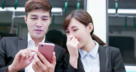 sorridente : Asia Business people use smartphone on the mrt