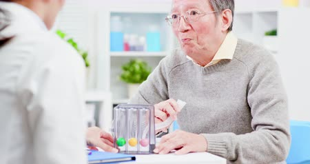ösztönző : Elder patient has triflow training to improve vital capacity Stock mozgókép