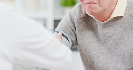 hypertension : Female doctor measure blood pressure for an elderly patient Stock Footage