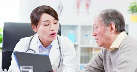 explicação : Female doctor see elder patient and discuss with him patiently
