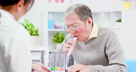 lung : Elder patient has triflow training to improve vital capacity and feel difficult