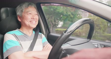 estilo de vida : relaxed elderly experience to riding an autonomous self driving car