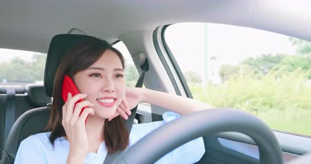 cars traffic : Asian woman experience to riding an autonomous self driving car and speak phone Stock Footage