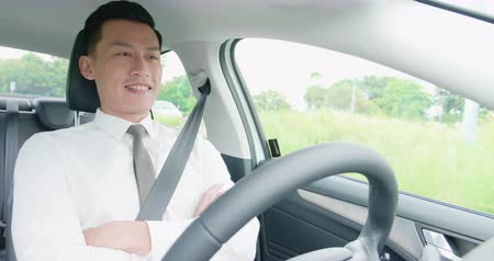 işadamları : confident business asia man experience to riding an autonomous self driving car Stok Video