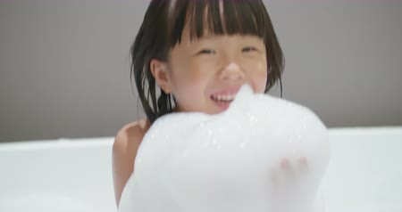 wanna : Little girl take bublble bath and hold bubbles in her hands
