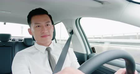 yönlendirmek : business asia man driving happily in the car on highway