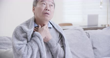 tosse : asian elderly sick man has sore throat and feel very uncomfortable at home