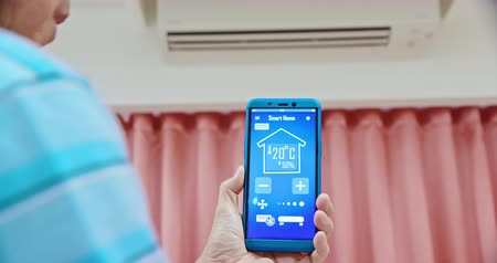 chladič : IOT smart home concept - man use smartphone and touch screen to turn on the air conditioner