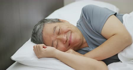 emekli olmak : asian elder man have good dream when he sleep Stok Video