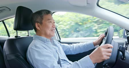 emekli olmak : asian elderly man driving happily in the car on highway