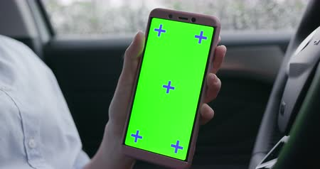 película de filme : woman show smartphone with green screen in the car
