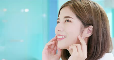lado : slow motion - close up of beauty asian woman has health skin and open her eyes Stock Footage