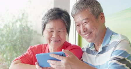 emekli olmak : elder couple use smartphone and share something on it
