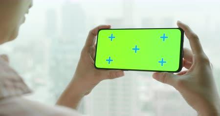 película de filme : asian woman hold 5g full display phone with green screen