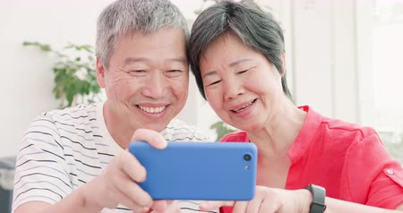 aposentar : asian elder couple use smart phone and talk about it