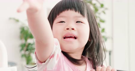 dávat : asian child raise her hand and want something from you