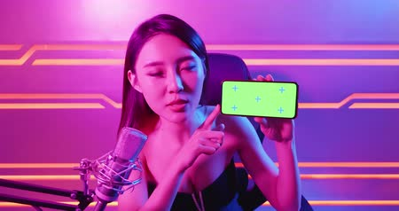 película de filme : asian girl have live stream and show app on the 5g smartphone with green screen