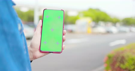 película de filme : asian young woman use 5g full display smartphone with green screen on the street Stock Footage