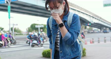 tosse : asian woman feel sick and cough outdoor