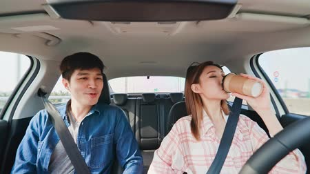 yönlendirmek : Asian couple experience to riding an autonomous self driving car and drink coffee in highway