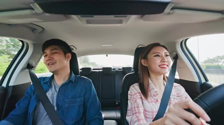 dizer : asian couple chat and drive in highway Stock Footage
