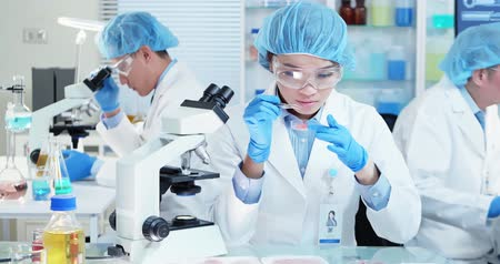 espécime : Asian Quality control expert inspecting at food specimen meat in the laboratory