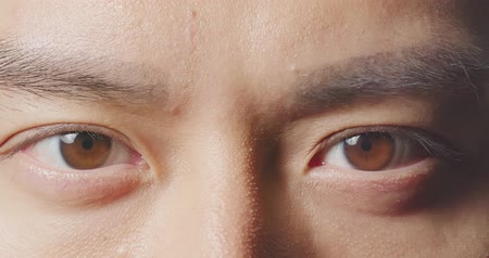 cornée : slow motion of male eye close up from asian young man Vidéos Libres De Droits